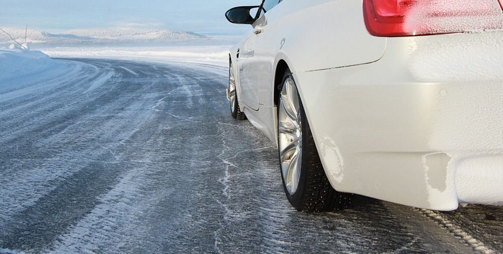Автомобиль на замёрзшей дороге