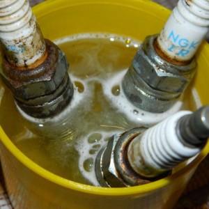 Свечи в стакане со средством для очистки