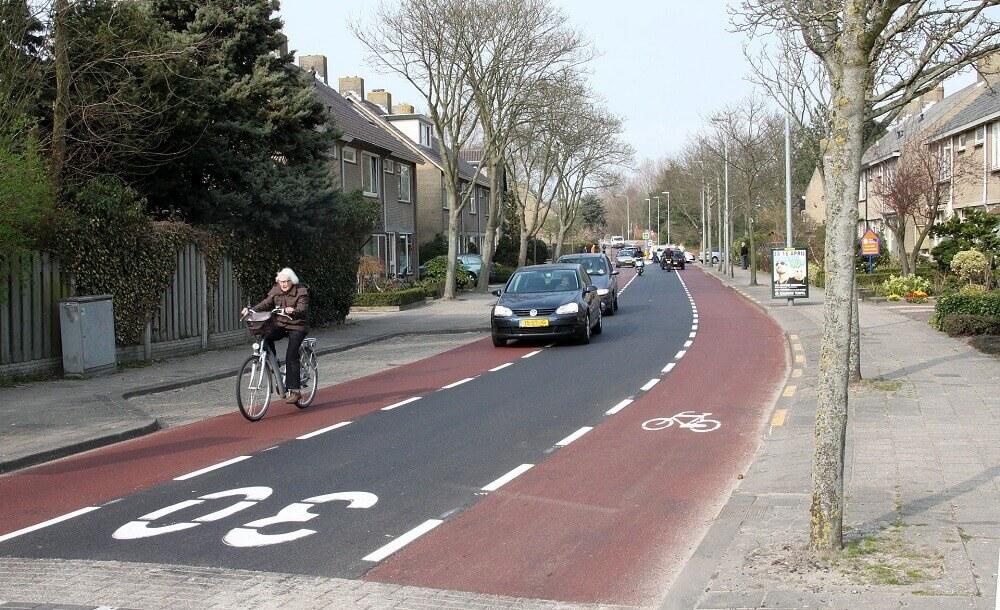 Автомобиль на велосипедной дорожке