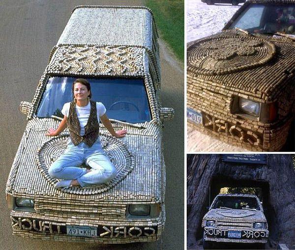 Автомобиль, покрытый винными пробками