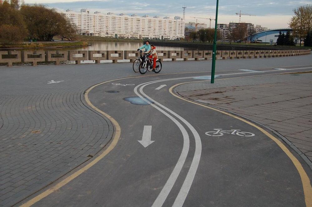 Изолированная велосипедная дорожка