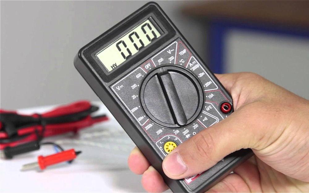 Мультиметр в руке