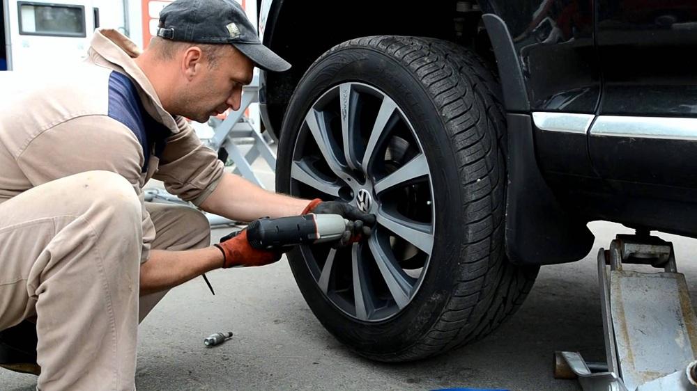 Шиномонтаж колес автомобиля