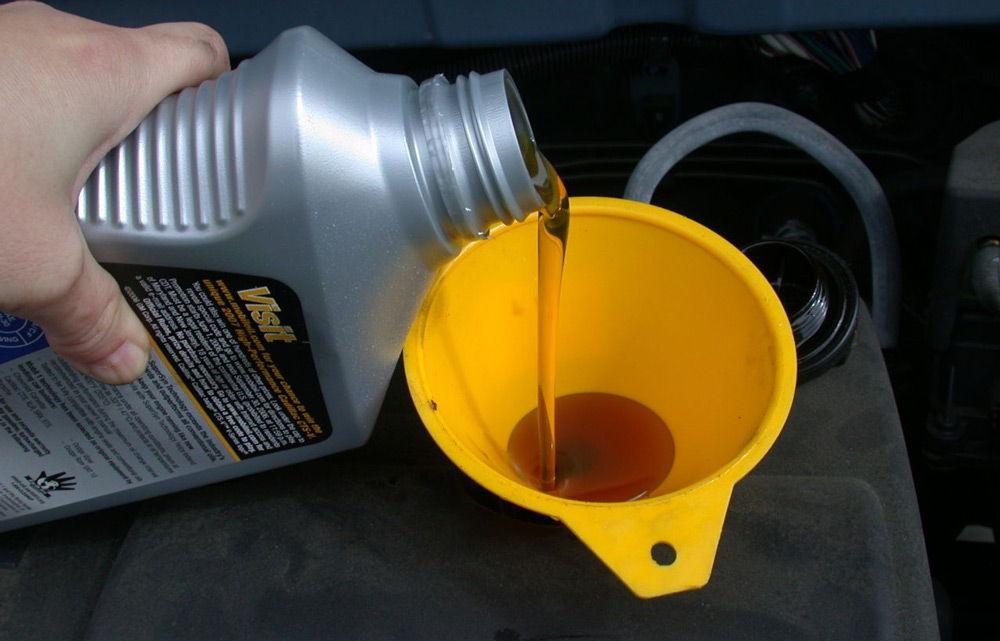 Заливаем моторное масло