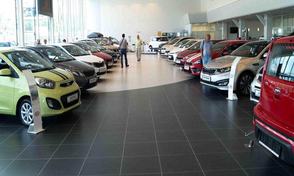 Новые машины в автосалоне