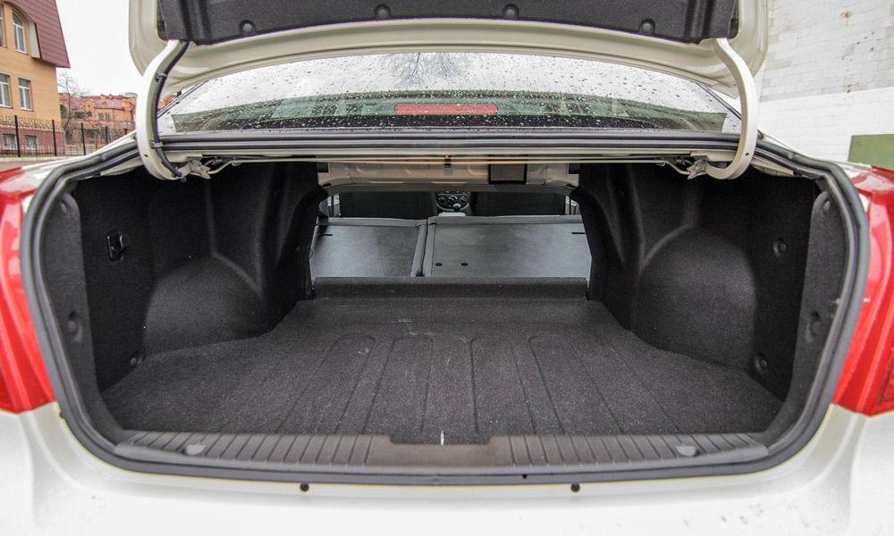Открытый багажник автомобиля