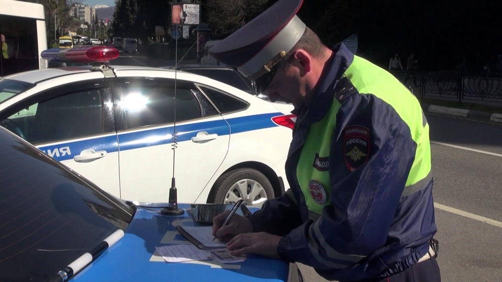 Сотрудник ДПС заполняет бумаги