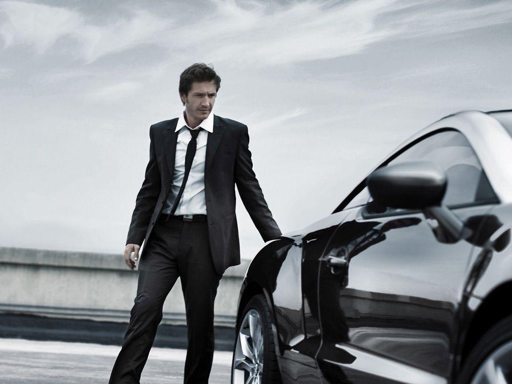 Мужчина рядом с автомобилем