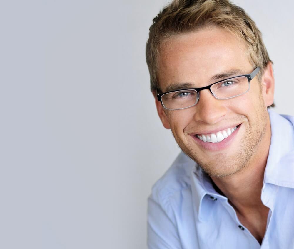 Фото человека в очках