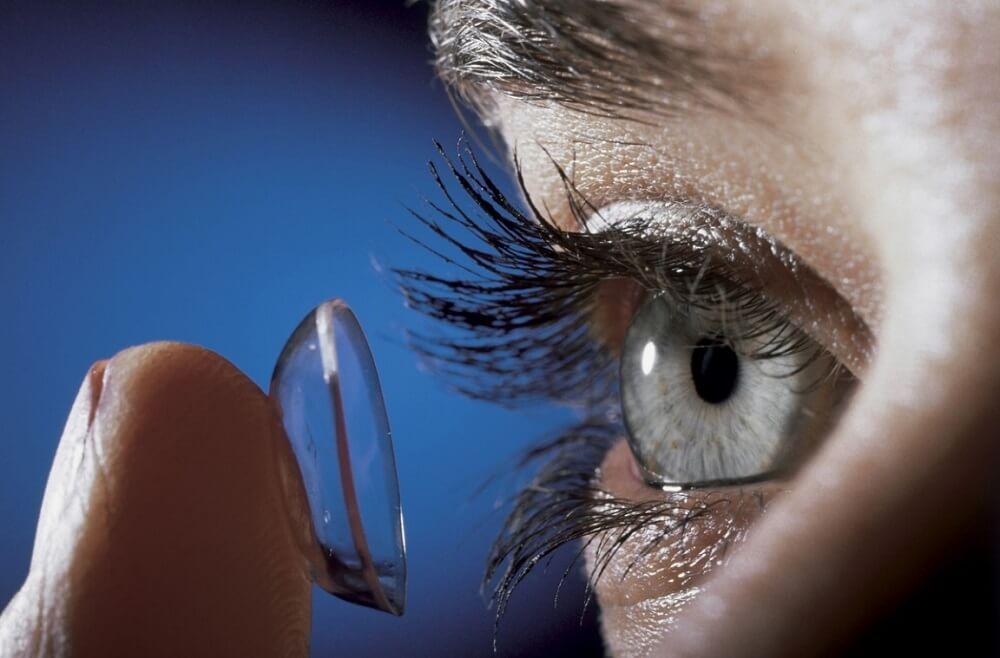 На фото глазная линза