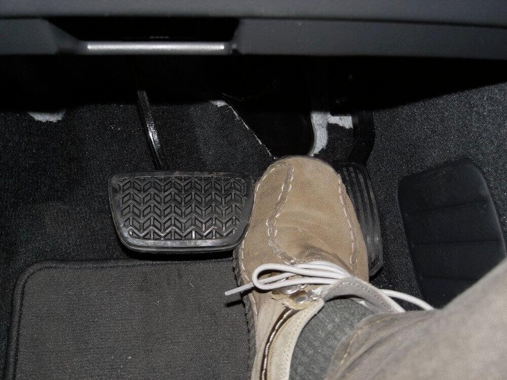 Педаль тормоза автомобиля