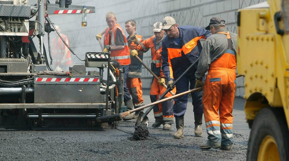 Показаны ремонтные работы на дороге