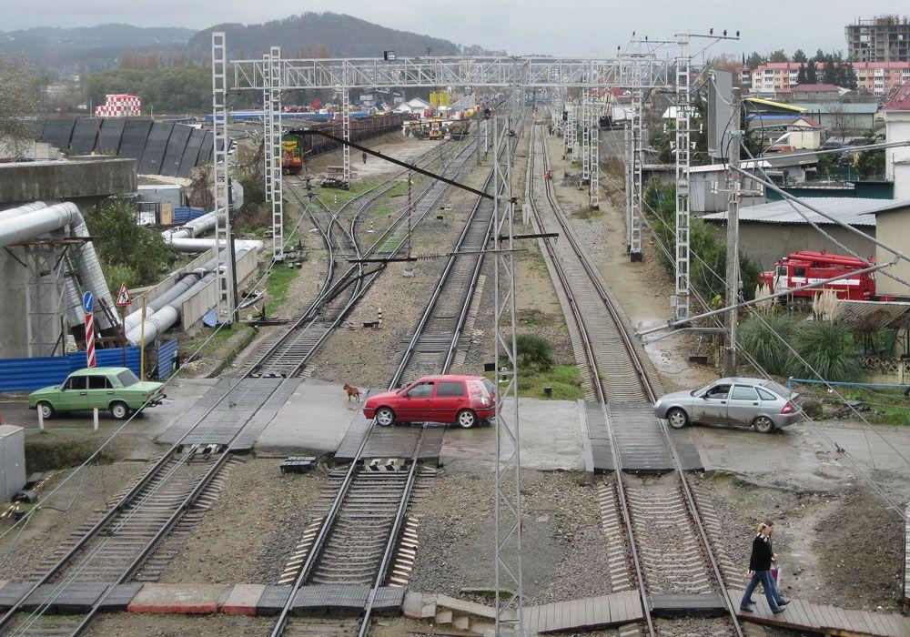 Машины на железнодорожном переезде