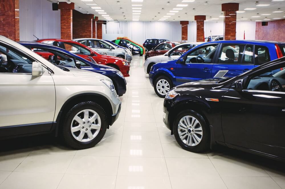 Новые автомобиле в салоне