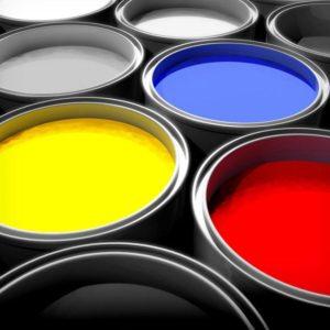 Открытые банки с краской