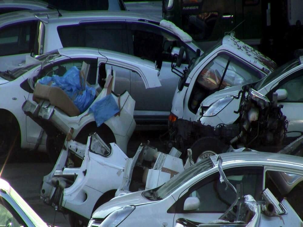 Стоянка с распиленными автомобилями