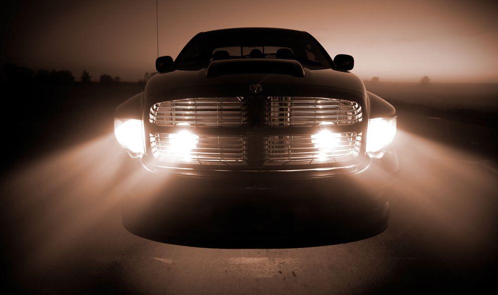 Яркий свет фар Dodge