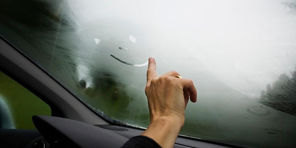 Запотевшее стекло автомобиля