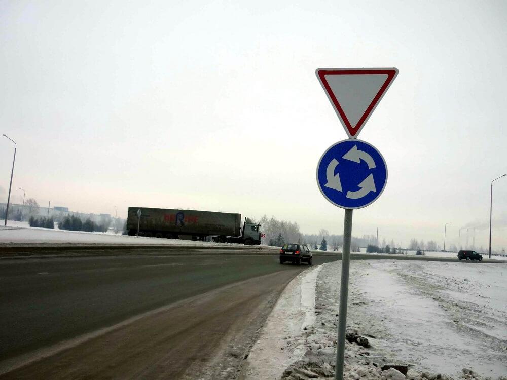 Знак необходимости пропустить автомобиль