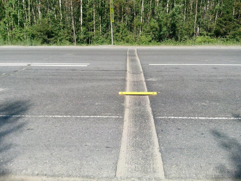 Шумовые полосы на трассе