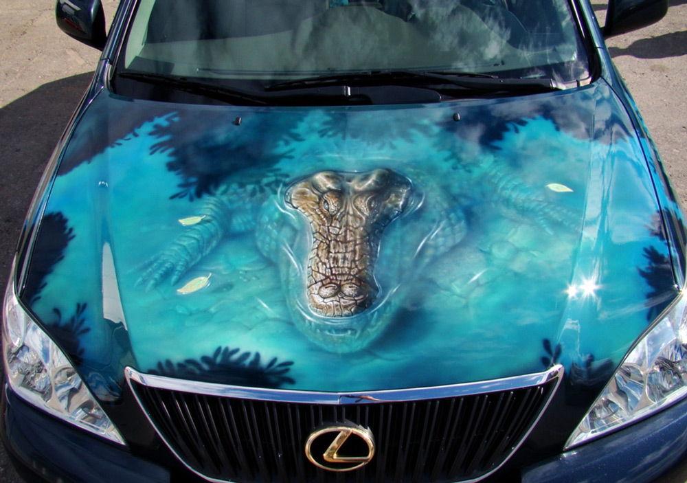 Лексус с рисунком крокодила на капоте