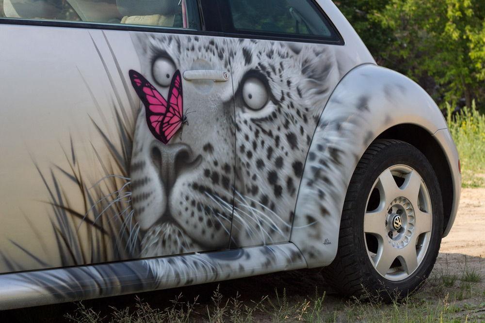 Белый автомобиль с рисунком белого тигра