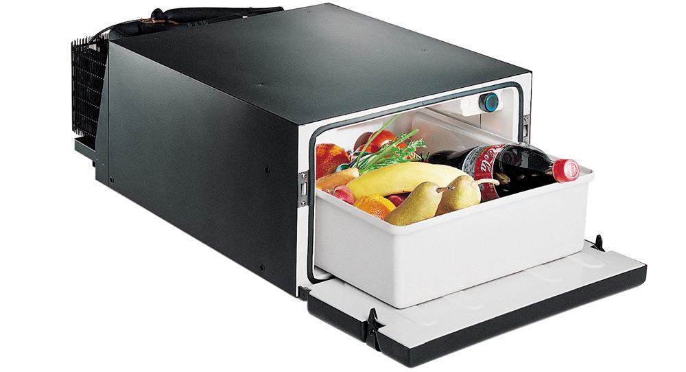 Черный автомобильный холодильник с едой