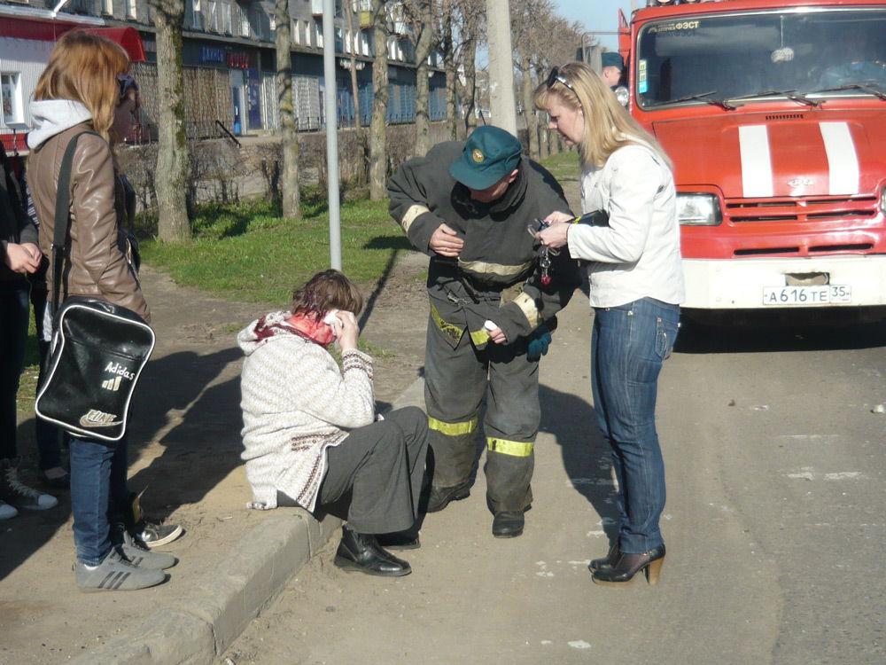 Человек в крови сиди на тротуаре