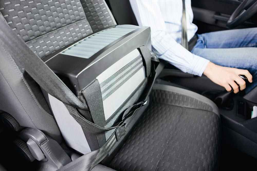 Автомобильный холодильник на пассажирском сидении