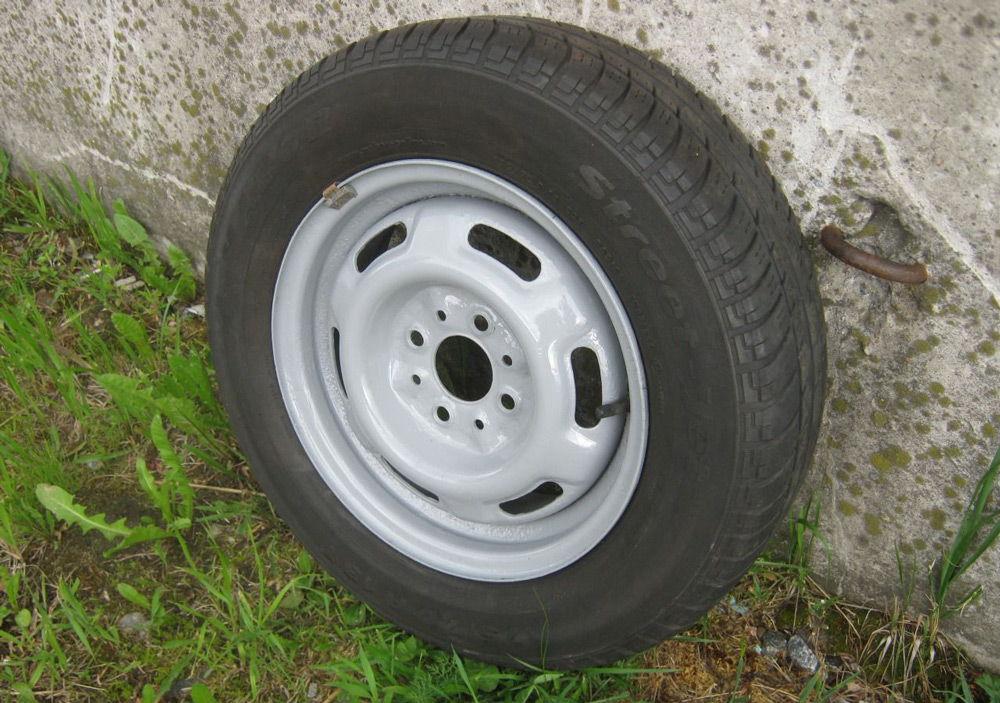 Автомобильное колесо на траве