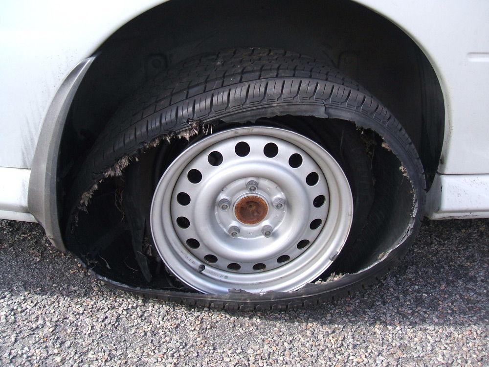 Разорванная автомобильная покрышка
