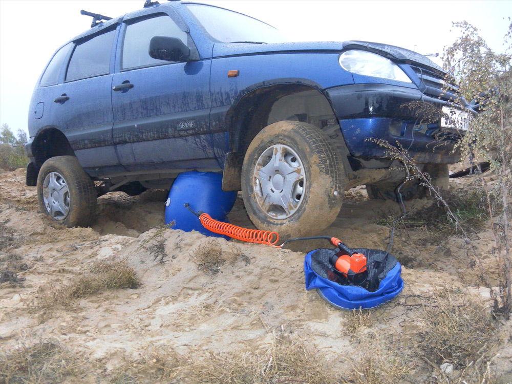 Синий надувной домкрат и Chevrolet Niva