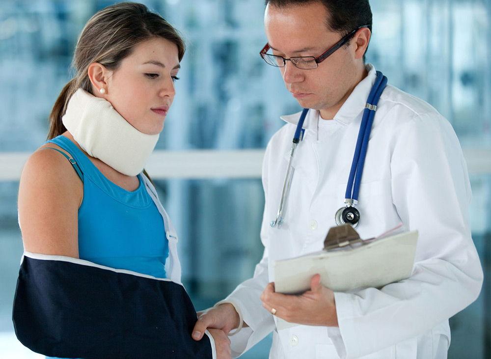 Травмированная девушка и доктор