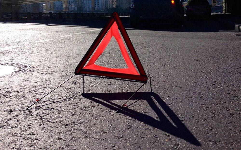 Знак аварийной остановки на асфальте