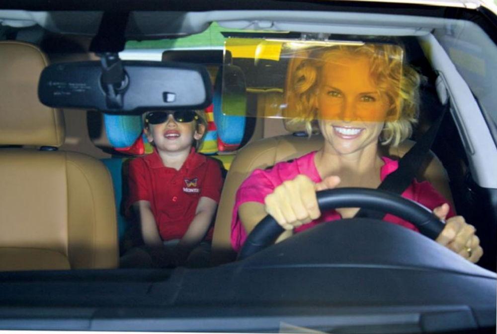 Женщина за рулем и ребенок на заднем сидении