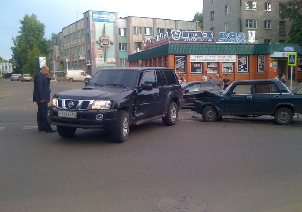 Авария на дороге с черным джипом