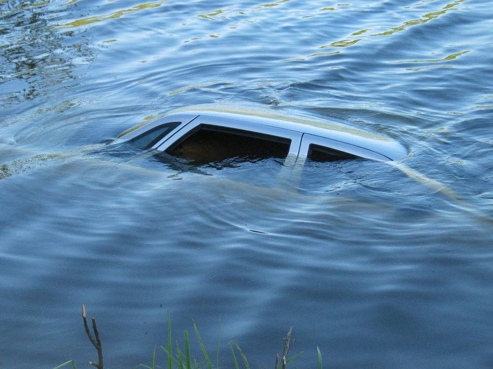 Автомобиль тонет в реке