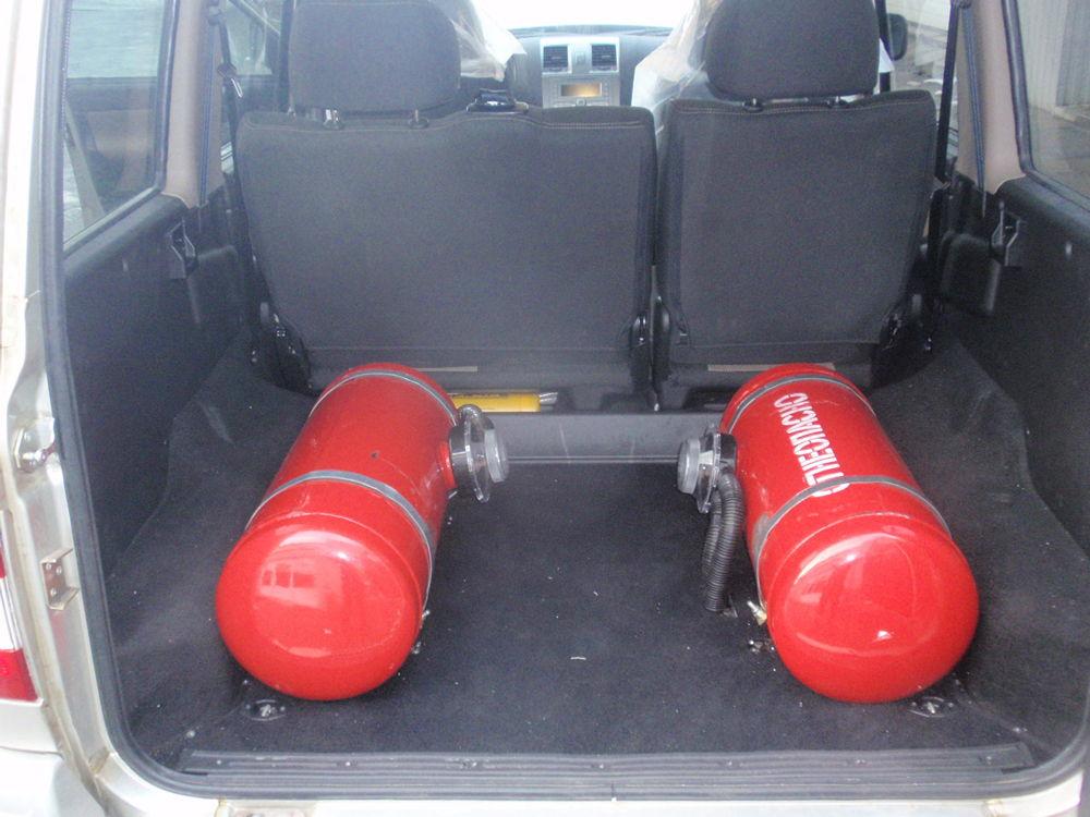 Два баллона в багажнике автомобиля