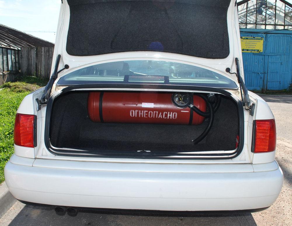 Газовый баллон в автомобильном багажнике