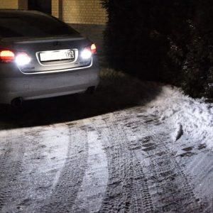 Машина двигается задом ночью зимой