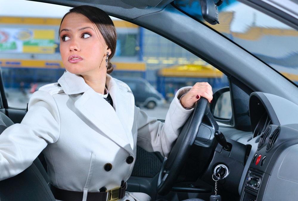 Девушка в машине сдает назад
