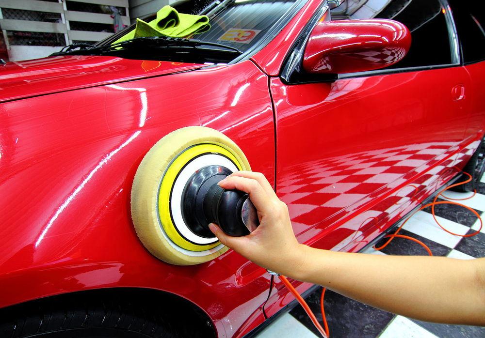 Полировка красного автомобиля