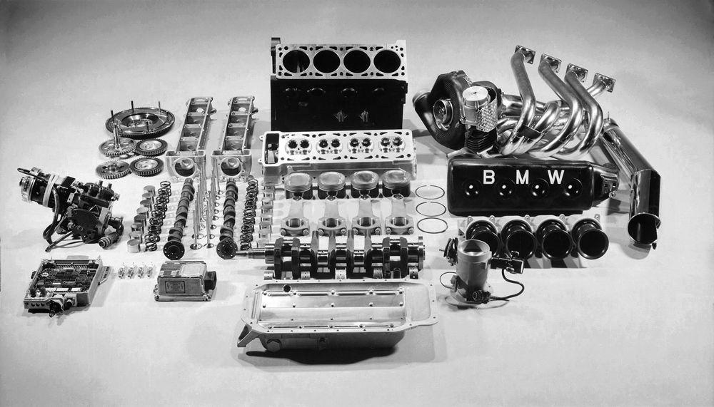 Разобранный автомобильный двигатель BMW
