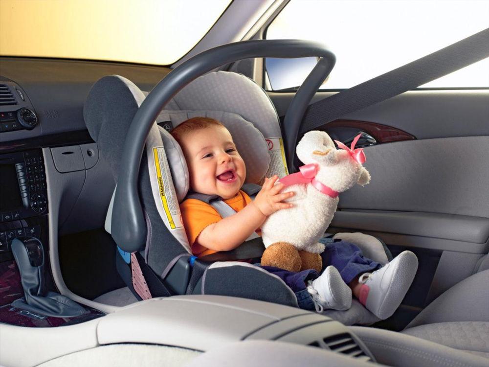 Ребенок в автомобильном детском кресле