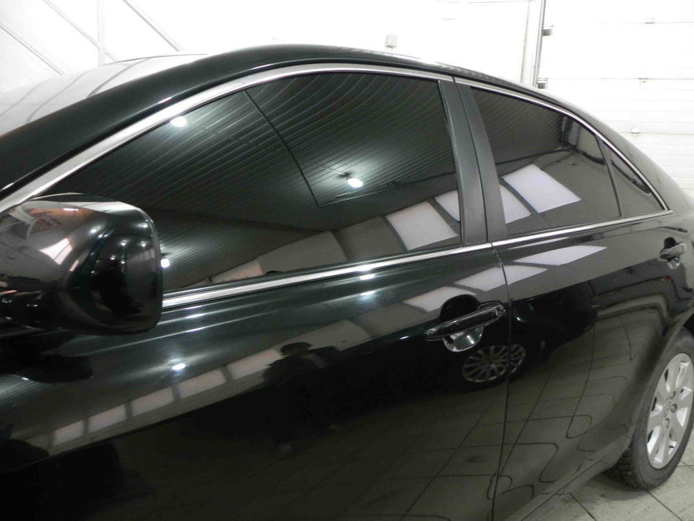 Затонированный черный автомобиль