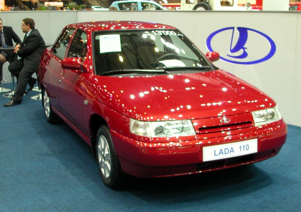 Красный автомобиль ВАЗ-2110 на выставке