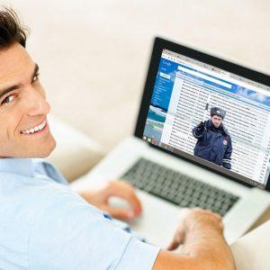 Инспектор ГИБДД в ноутбуке
