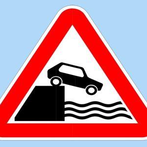 Дорожный знак «Выезд на набережную или берег»