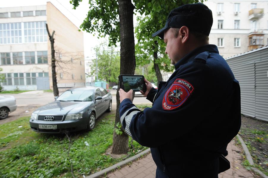 Инспектор парковки фиксирует нарушение