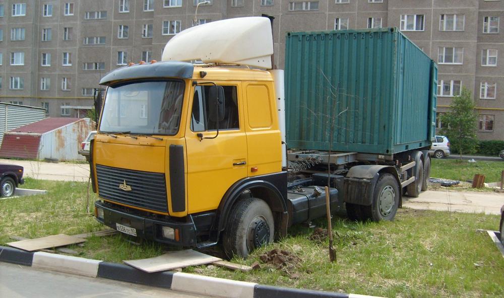 Парковка на тротуаре грузового автомобиля